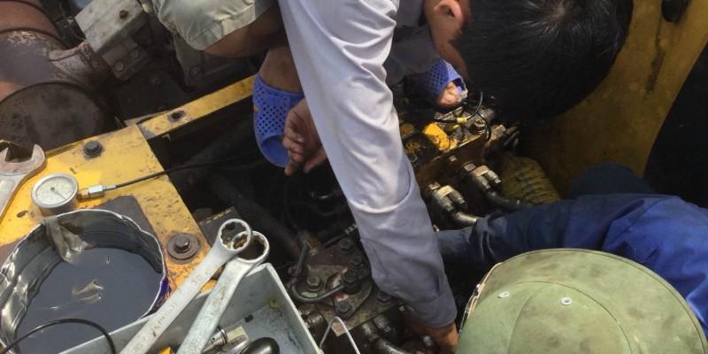 Thợ sửa máy xúc Hà Nội